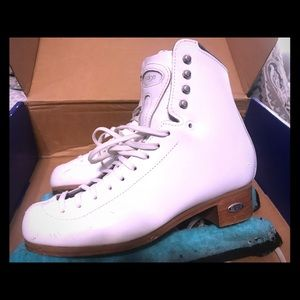 Size 5 N ladies/girls Riedell Edge figure skates.